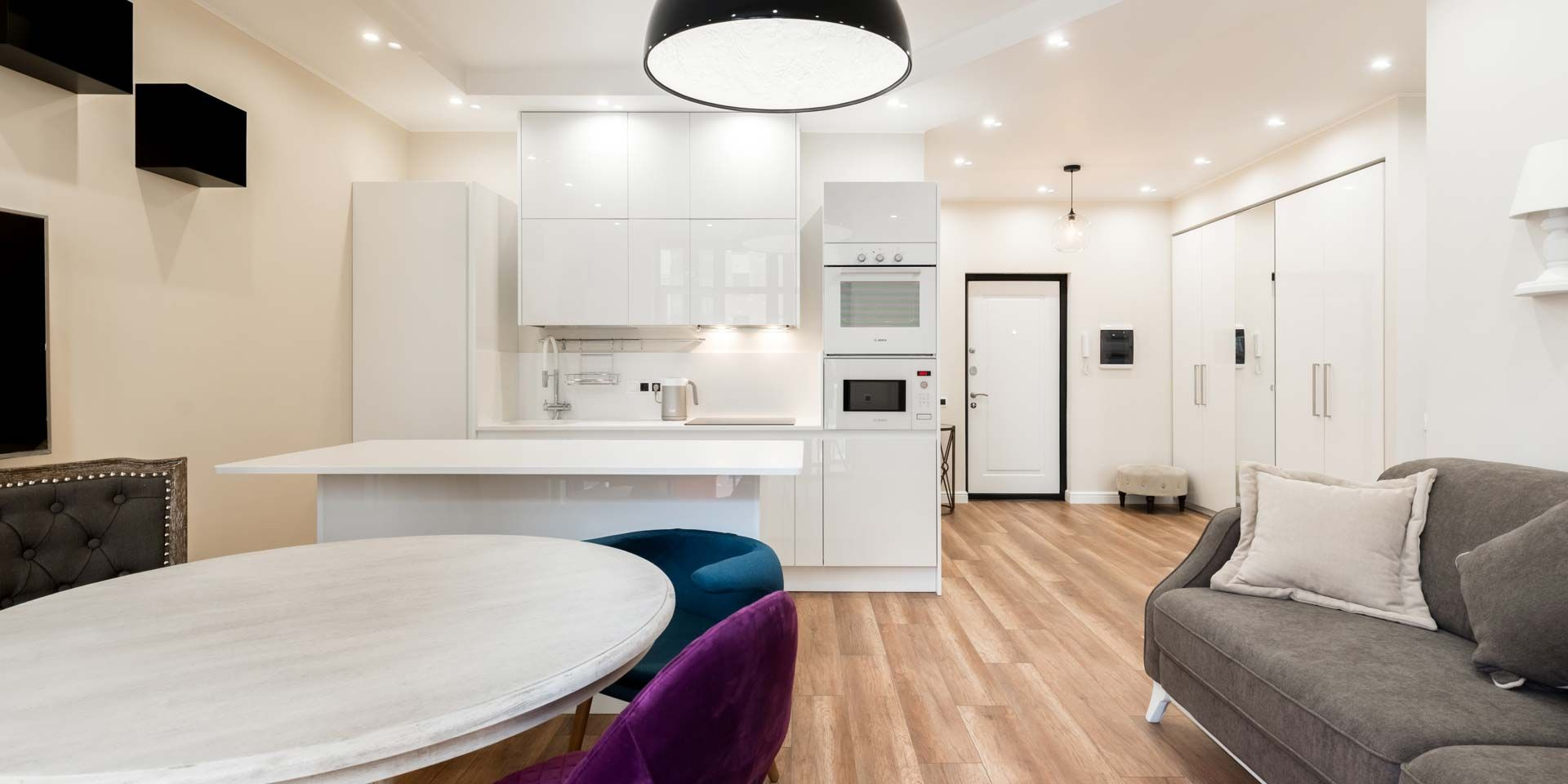 Белая кухня, черные кубы и разноцветные стулья
